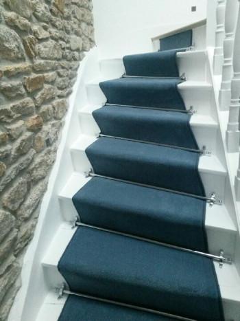 Revêtement de sol textile - descente d'escalier en moquette de chez POOTERS